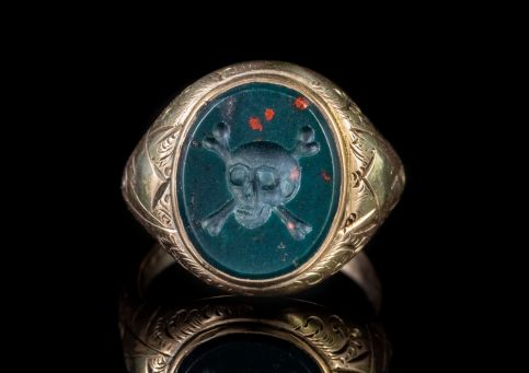 ANTIQUE VICTORIAN BLOODSTONE RING SKULL CROSSBONES 9CT GOLD CIRCA 1880 front