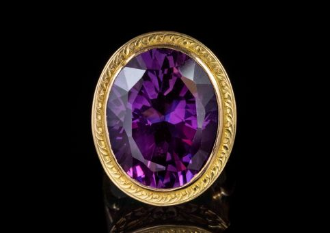 VINTAGE 18CT GOLD LARGE CORUNDUM RING front