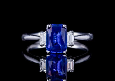 VINTAGE EMERALD CUT SAPPHIRE DIAMOND TRILOGY RING 1.57ct SAPPHIRE CIRCA 1970 front