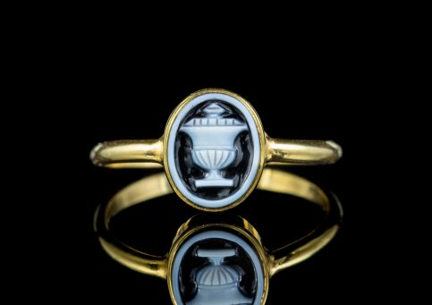 ANTIQUE GEORGIAN MEMENTO MORI HARDSTONE URN RING 18CT GOLD WITH LOCKET CIRCA 1780 front