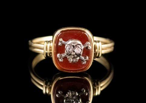 MEMENTO MORI DIAMOND CARNELIAN SKULL CROSSED BONES RING 18CT GOLD FRONT