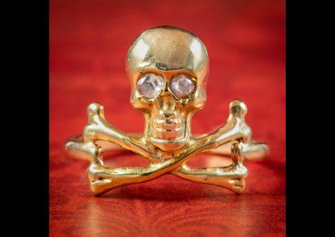 Georgian-Style-Memento-Mori-Ring-Diamond-Skull-Cross-Bones-cover