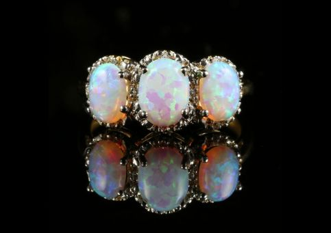 SPECTACULAR 3.20CT OPAL DIAMOND TRILOGY GOLD RING