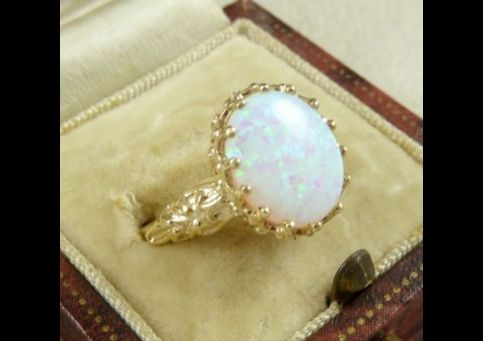 STUNNING 4CT OPAL SOLITAIRE GOLD RING