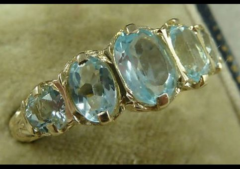 STUNNING AQUAMARINE FIVE STONE 9CT YELLOW GOLD RING